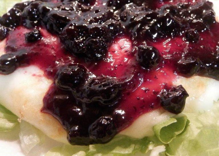 Queso provolone a la plancha con frutos rojos